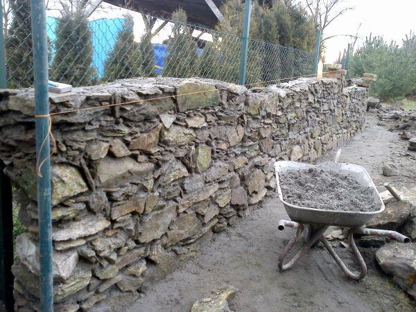Kamenný plot stavba